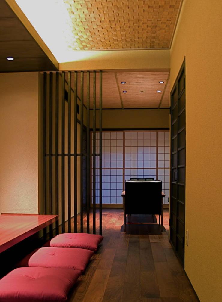 カウンターから板間を見る:       古津真一 翔設計工房一級建築士事務所が手掛けたダイニングです。,