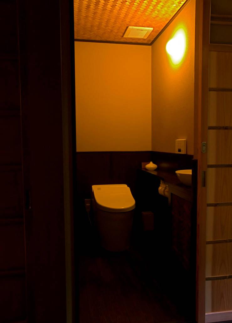 トイレ:       古津真一 翔設計工房一級建築士事務所が手掛けた浴室です。,