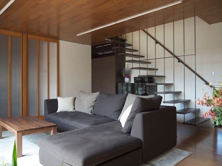 居間 :       古津真一 翔設計工房一級建築士事務所が手掛けたリビングです。