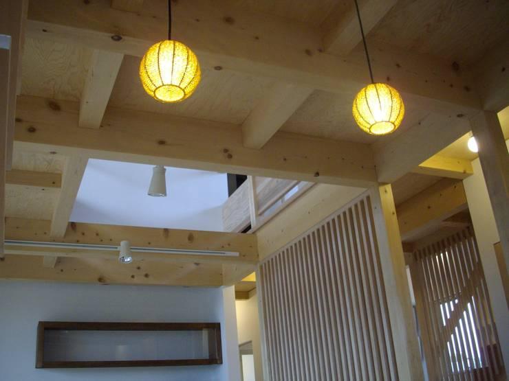 安曇野に薫る和(輪)の家: 設計室a‐rayが手掛けたリビングです。