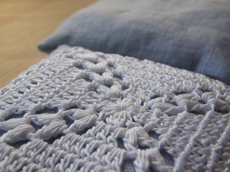 Pachnące lniane poduszeczki z lawendą zdobione szydełkową koronką: styl , w kategorii Garderoba zaprojektowany przez WszystkoCoŁadne,