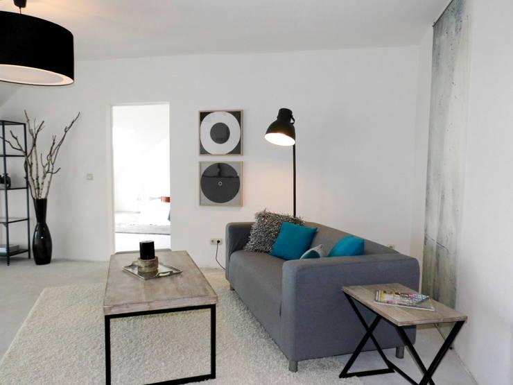Home Staging - Dachgeschosswohnung in Duisburg:  Wohnzimmer von raum² - wir machen wohnen