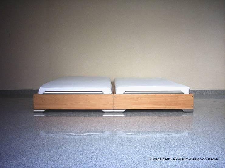 Camera da letto in stile in stile Minimalista di falk-raum-design-systeme