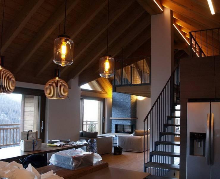 chalet in Chamois: Sala multimediale in stile  di enrico girardi architetto
