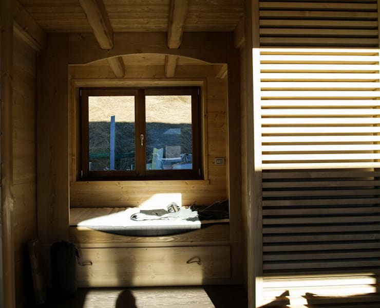 coeur privé per gli ospiti: Camera da letto in stile in stile Rustico di enrico girardi architetto