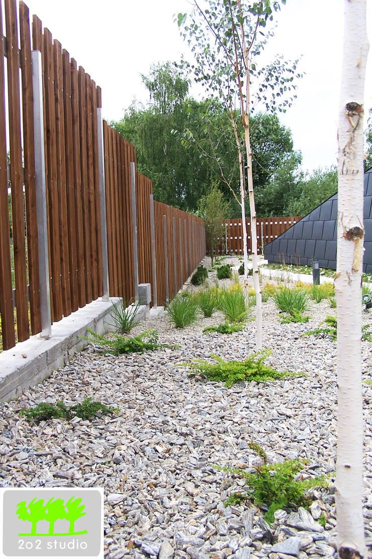 jedna z rabat wzdłuż ogrodzenia, brzozy w roli głównej: styl , w kategorii  zaprojektowany przez 2o2 studio