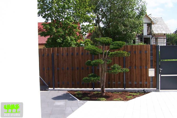 bonsai na przedogrodzie: styl , w kategorii  zaprojektowany przez 2o2 studio