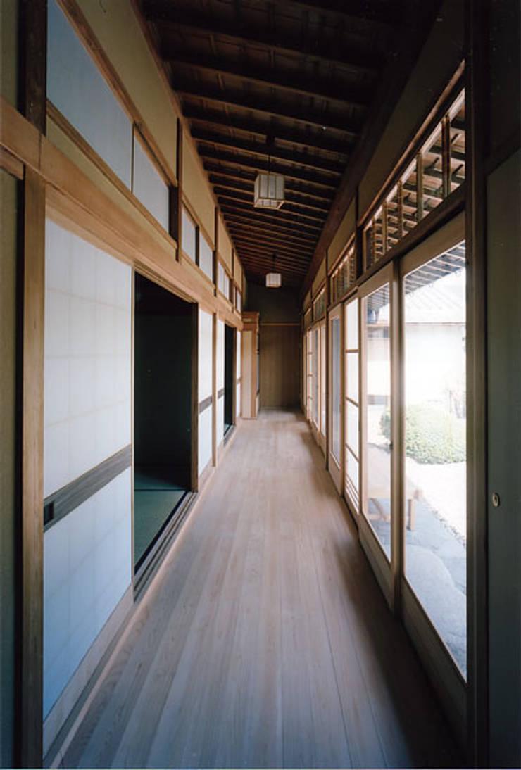 タイトルを入れてください: MOW Architect & Associatesが手掛けた廊下 & 玄関です。