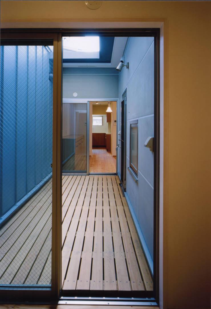 Terrazas de estilo  de MOW Architect & Associates, Moderno