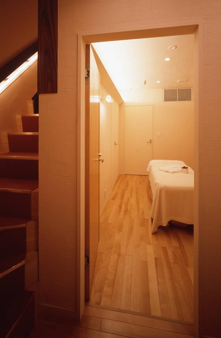 老舗サロンの新店舗併用住宅: 北川裕記建築設計が手掛けたオフィススペース&店です。