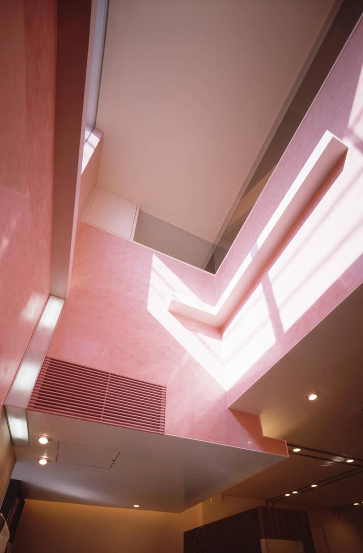 待合い吹抜け 間接照明ラインと住居の窓: 北川裕記建築設計が手掛けたオフィススペース&店です。