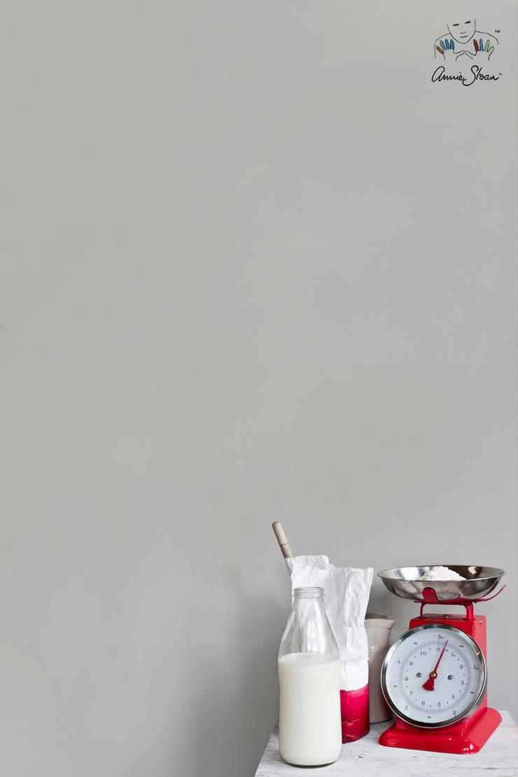 Wall Paint van Annie Sloan, kleur Paris Grey:  Muren door Bij Sigrid