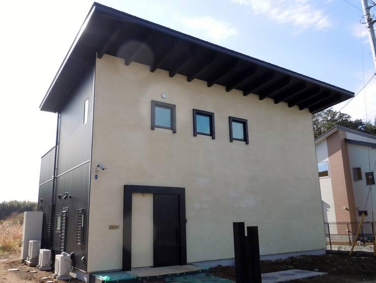 正面ファサード: 青戸信雄建築研究所が手掛けた家です。