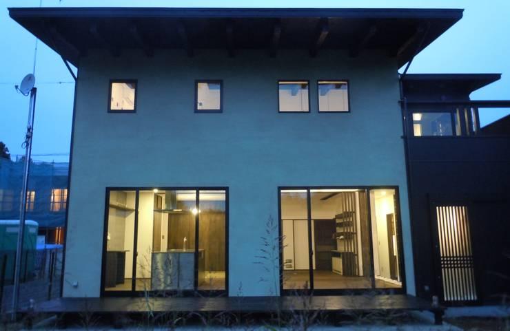 南側ファサード: 青戸信雄建築研究所が手掛けた家です。