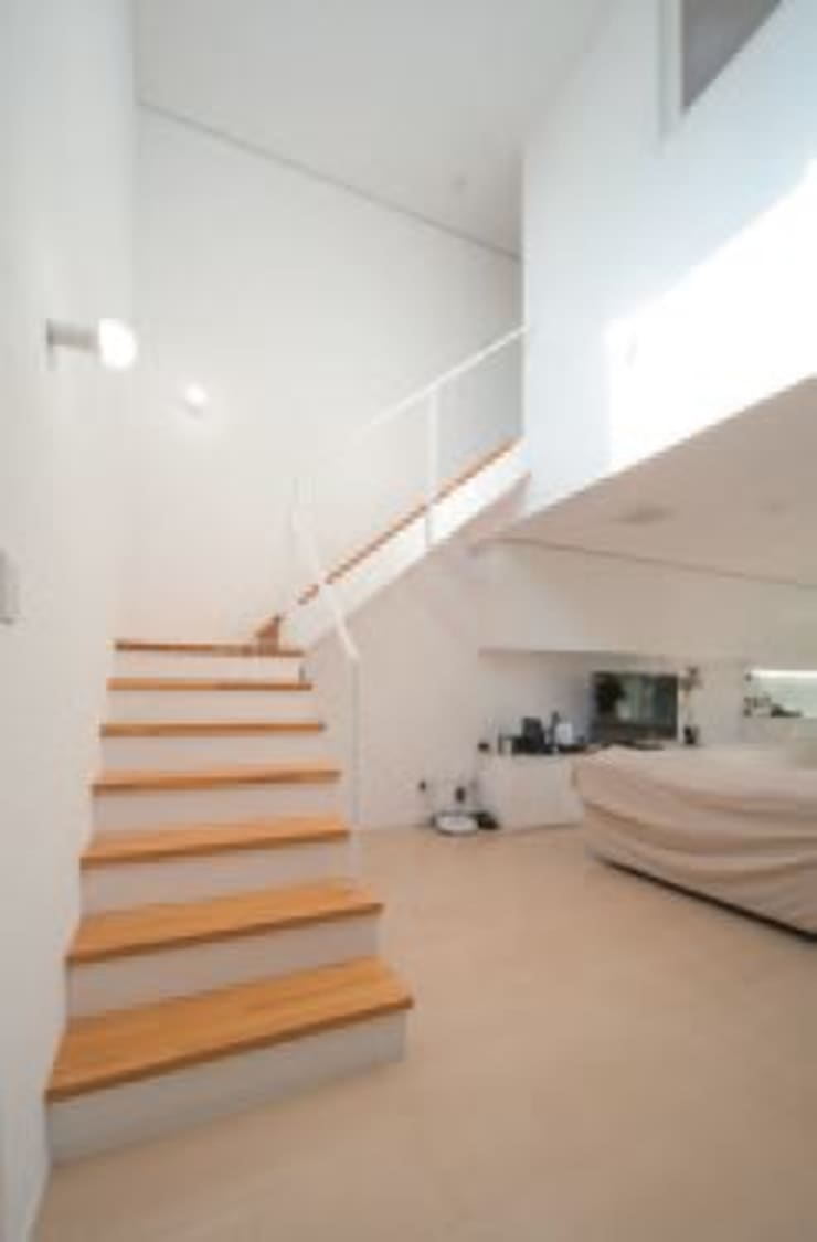 中庭のある家: A-box設計室が手掛けた廊下 & 玄関です。,モダン