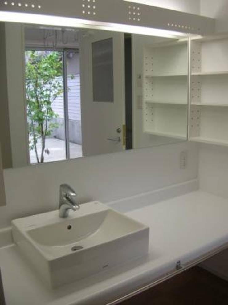 中庭のある家: A-box設計室が手掛けた浴室です。,モダン