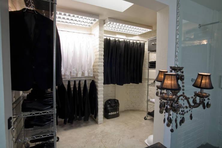 Black & White: Casas de estilo  por kababie arquitectos