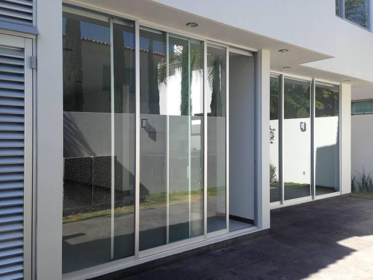 Balcones y terrazas de estilo moderno de Arki3d Moderno