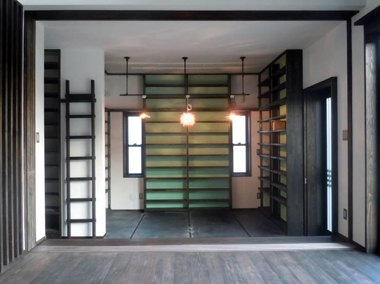 土間ライブラリー: 青戸信雄建築研究所が手掛けた和室です。