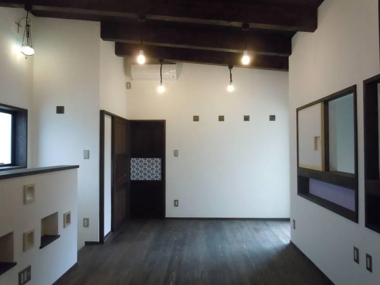 2階寝室: 青戸信雄建築研究所が手掛けた寝室です。