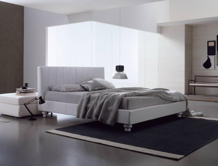 KOMODO: Camera da letto in stile  di Bolzanletti