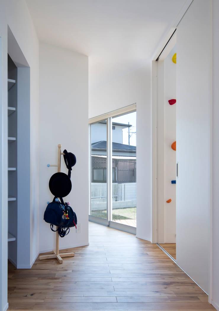クライミングウォールのある家: C lab.タカセモトヒデ建築設計が手掛けた廊下 & 玄関です。,