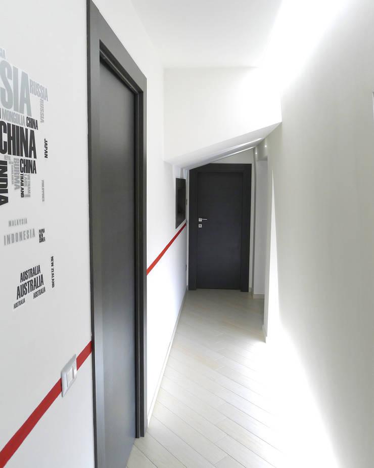 Corridoio zona notte: Case in stile  di STUDIO LAR, Moderno