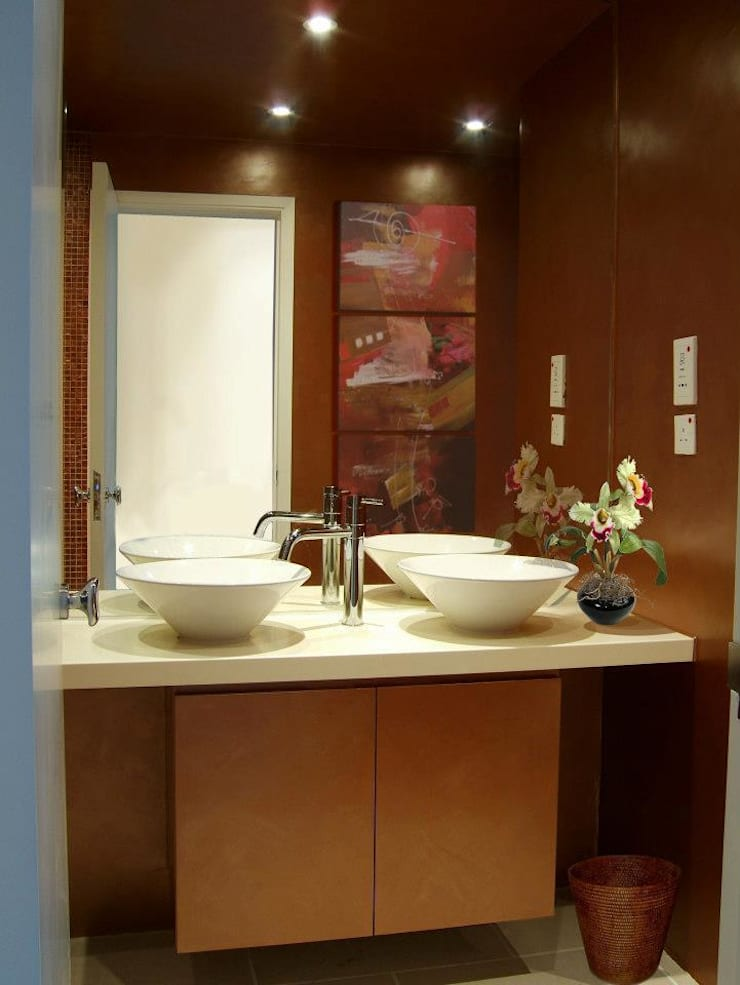 Master Bathroom:  Houses by Oui3 International Limited
