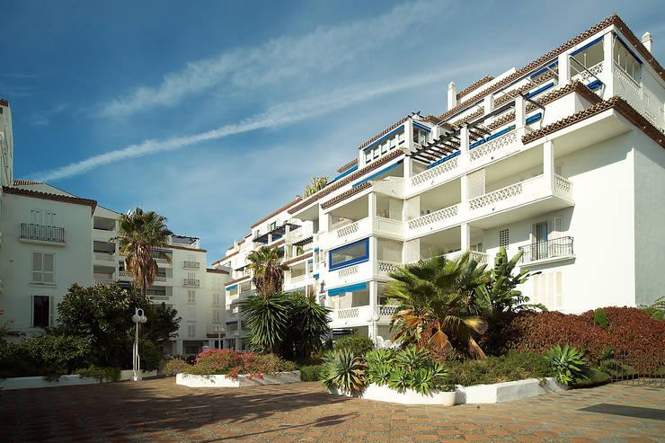 Playas del Duque:  de estilo  de Asenjo y Asociados