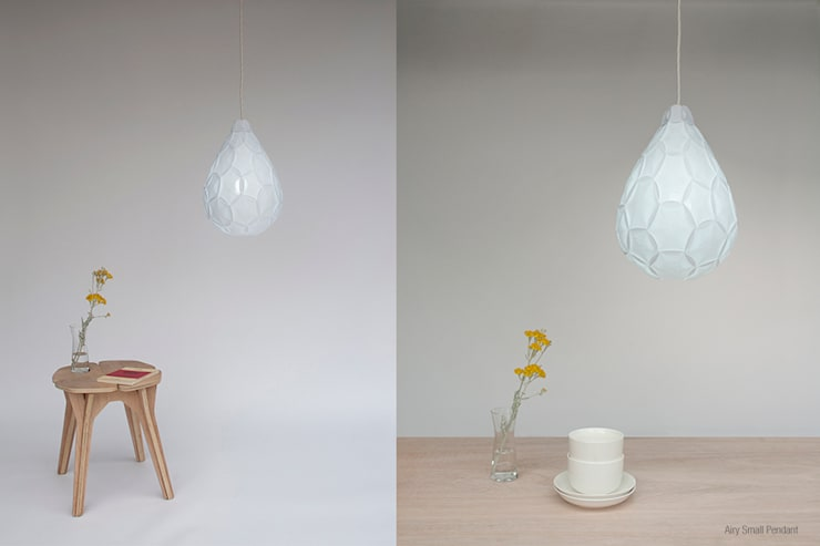 Airy Small Pendant:  Living room by 24° Studio