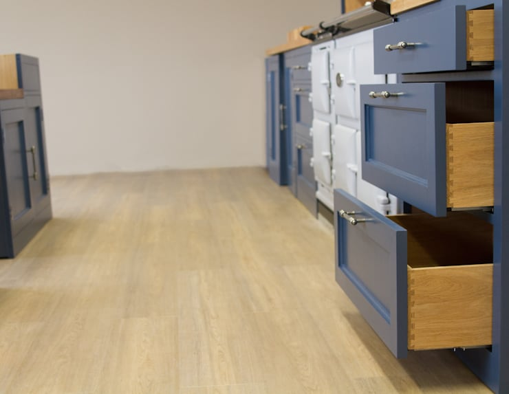 Dovetailed Solid Oak Drawers:  Kitchen by NAKED Kitchens