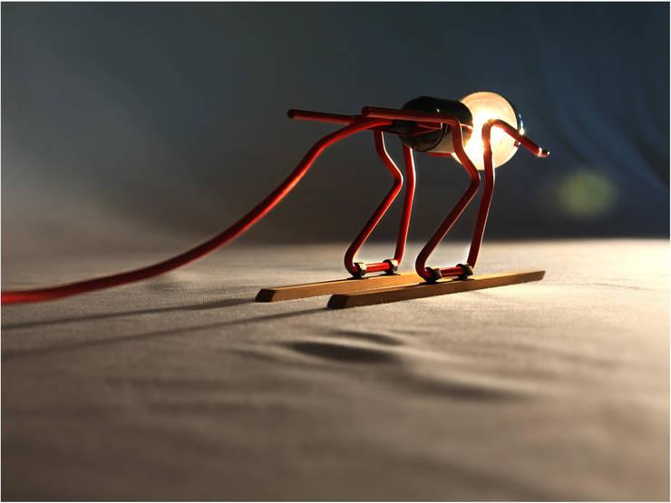 Lampe à poser <q>TOUT SCHUSS</q>: Salon de style  par ALTILIGNE