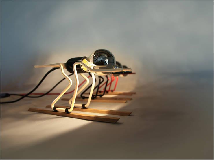 """lampe à poser  """"TOUT SCHUSS"""": Salon de style  par ALTILIGNE"""