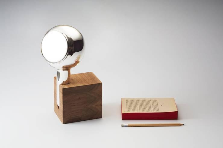 YVE MIRROR by Maarten Baptist: Maison de style  par TH MANUFACTURE