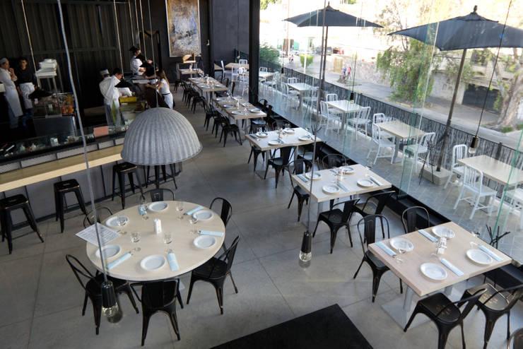 ALARIZ: Restaurantes de estilo  por volta