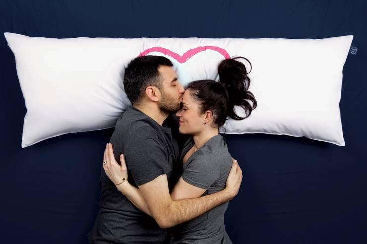 """One Pillow """"Heart"""": styl , w kategorii Sypialnia zaprojektowany przez Mr&Mrs Sleep,"""