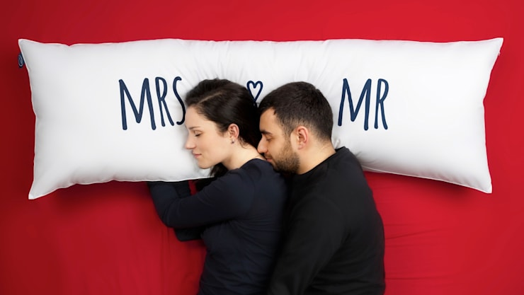 """One Pillow """"Mr&Mrs"""": styl , w kategorii Sypialnia zaprojektowany przez Mr&Mrs Sleep,"""