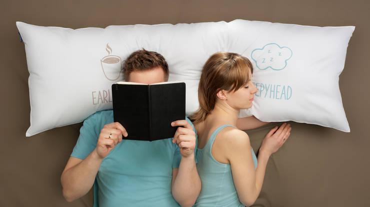 """One Pillow """"Sleepyhead Early Bird"""": styl , w kategorii Sypialnia zaprojektowany przez Mr&Mrs Sleep,"""