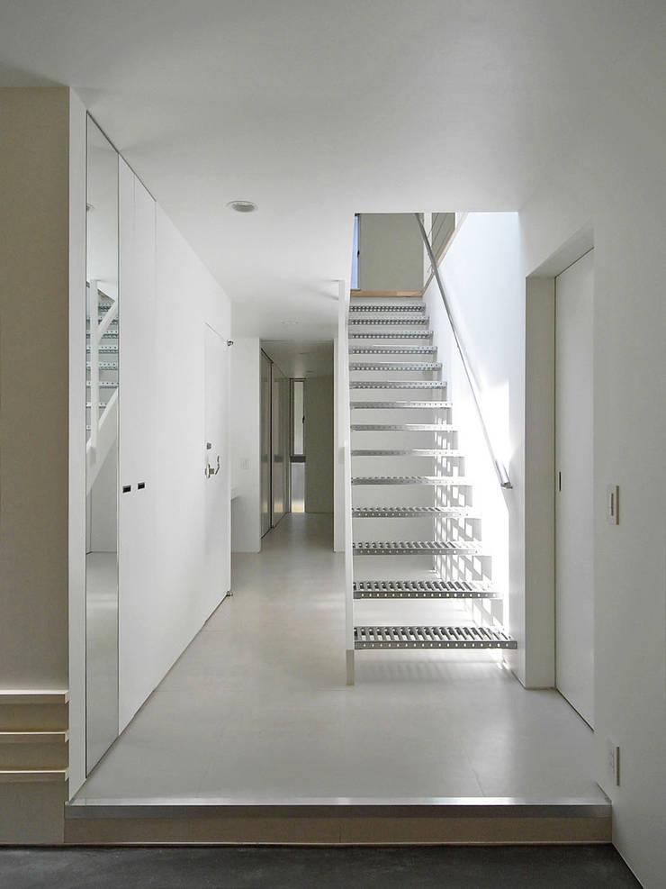 エントランス: 小田宗治建築設計事務所が手掛けた廊下 & 玄関です。,