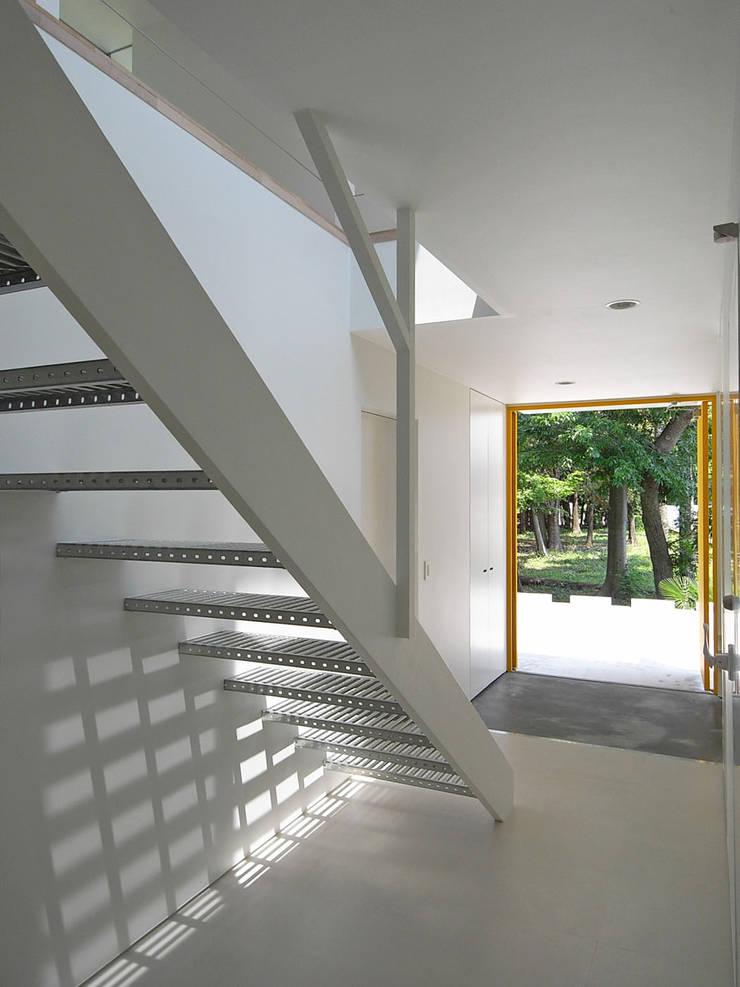 エントランス2: 小田宗治建築設計事務所が手掛けた廊下 & 玄関です。,