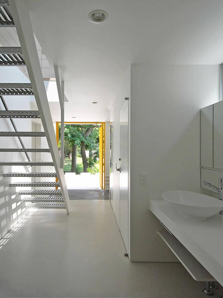 エントランス3: 小田宗治建築設計事務所が手掛けた廊下 & 玄関です。,