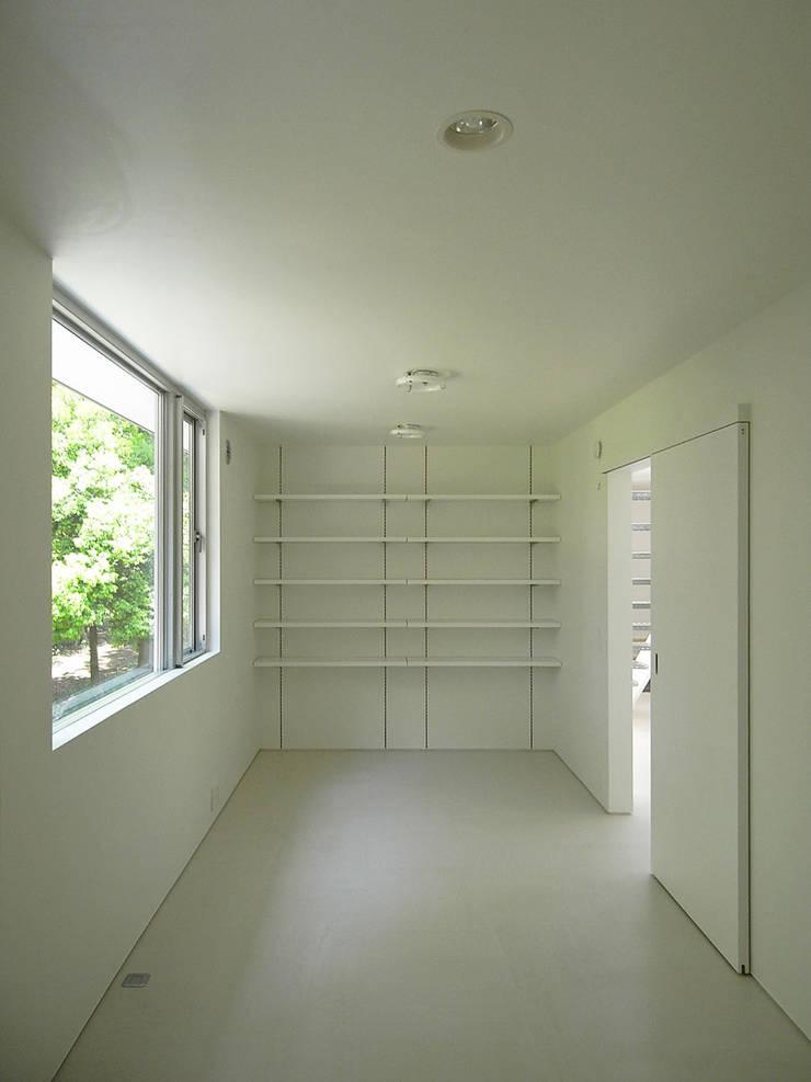 個室: 小田宗治建築設計事務所が手掛けた寝室です。,