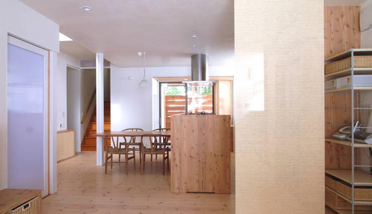 SAH -リノベーションで家族が集う場に光・風・視線を通す-: 和田正則・建築環境計画が手掛けたリビングです。