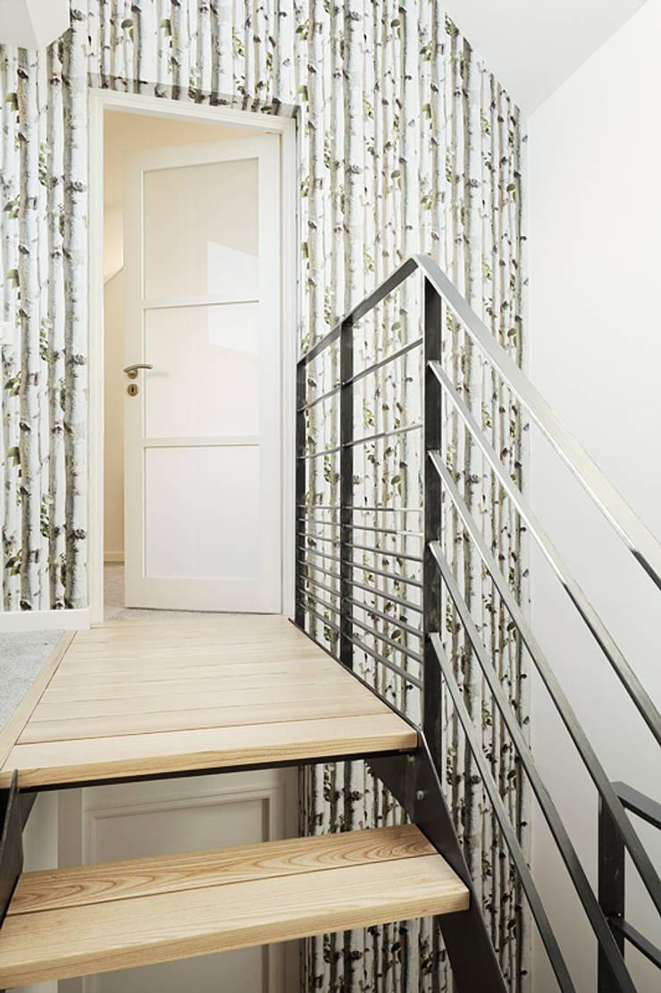 Création d'un accès aux combles: Couloir et hall d'entrée de style  par CL Intérieurs