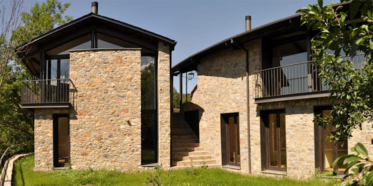 Casas para gemelas en los Pirineos: Hogar de estilo  de ARQUITECTES CERDANYA