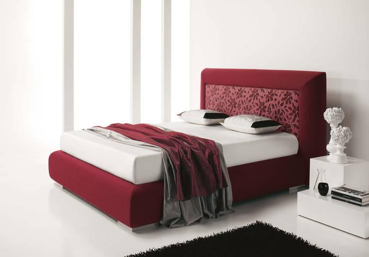Lord: Camera da letto in stile  di AGUZZI DESIGN STUDIO