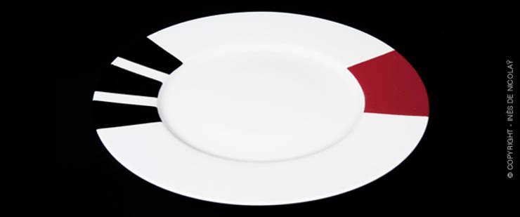 En rouge et noir: Salle à manger de style  par Inès de Nicolaÿ