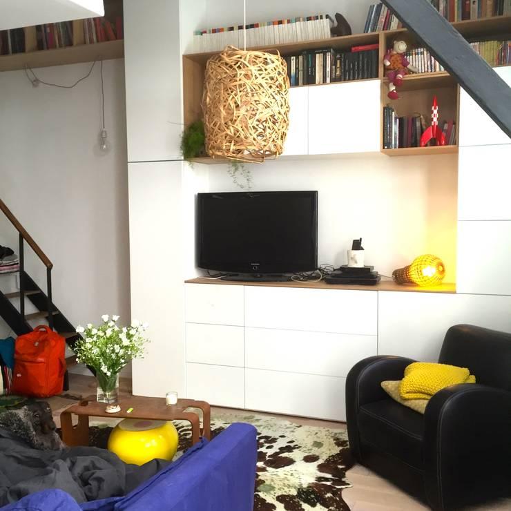 Rénovation d'un espace atypique.: Salon de style  par Amandine Leblanc