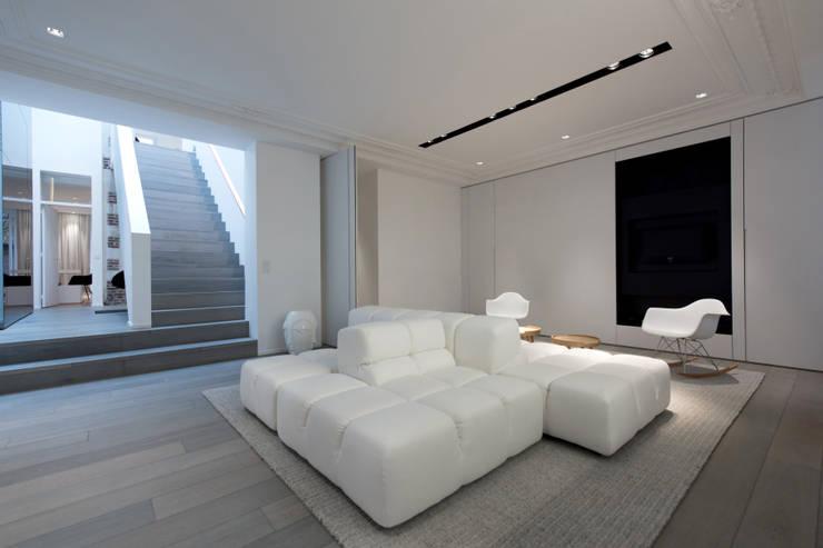 Habitation Privée Vieux-Lille: Salon de style de style Moderne par mayelle architecture intérieur design