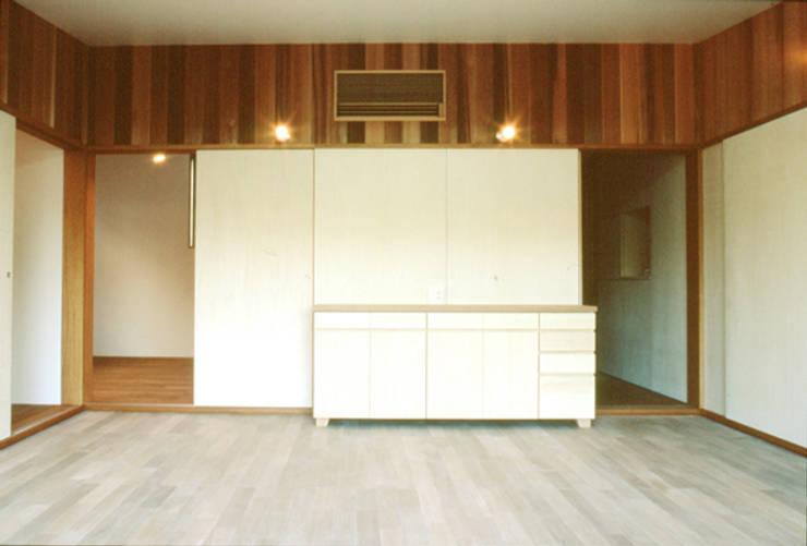 リビング: 240design・西尾通哲建築研究室が手掛けたリビングです。